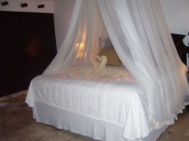 4_honeymoon_canopy_bed_swans
