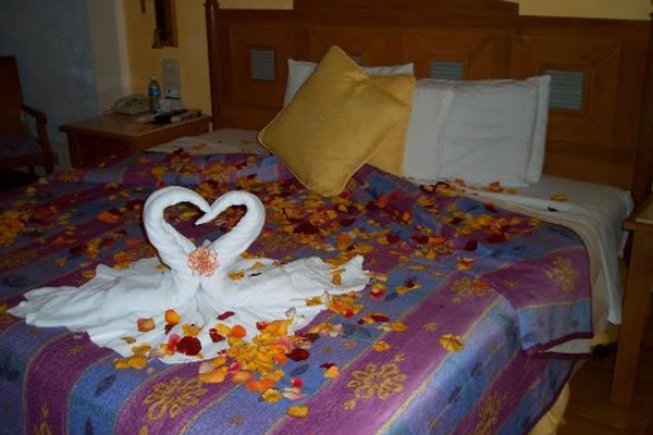 7_riviera_maya_honeymoon_lindo_towel_art