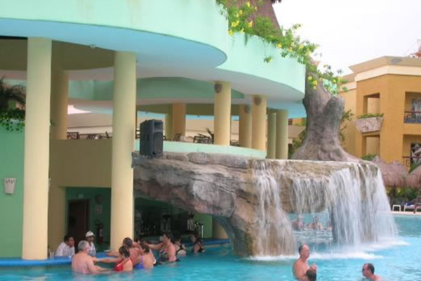 4_maya_vacation_deals_pool_bar